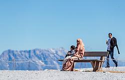 THEMENBILD - Arabische Touristen auf einer Bank. Jedes Jahr besuchen mehrere Tausend Gäste aus dem arabischen Raum die Urlaubsregion im Salzburger Pinzgau, aufgenommen am 08. August 2016 in Zell am See, Österreich // Arabic Tourists on a bench. Every year thousands of guests from Arab countries takes their holiday in Zell am See - Kaprun Region, Zell am See, Austria on 2016/08/08. EXPA Pictures © 2016, PhotoCredit: EXPA/ JFK