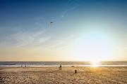 Nederland, Scheveningen, 16-9-2016 Een man met zijn kind, bezig met een vlieger op het strand van de 2e maasvlakte.. Foto: Flip Franssen