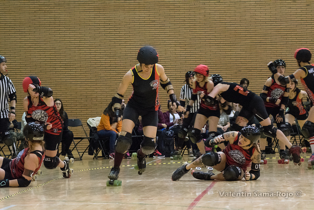 Madrid, Spain. 17th January, 2018. Jammer of Baywitch Project Nice Roller Derby escaping form the players of Roller Derby Madrid B during the game held in Madrid. © Valentin Sama-Rojo