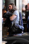 Acteurs Jonah Hill en de verloofde van de populaire zangeres Katy Perry, Russell Brand komen aan bij Hotel Okura