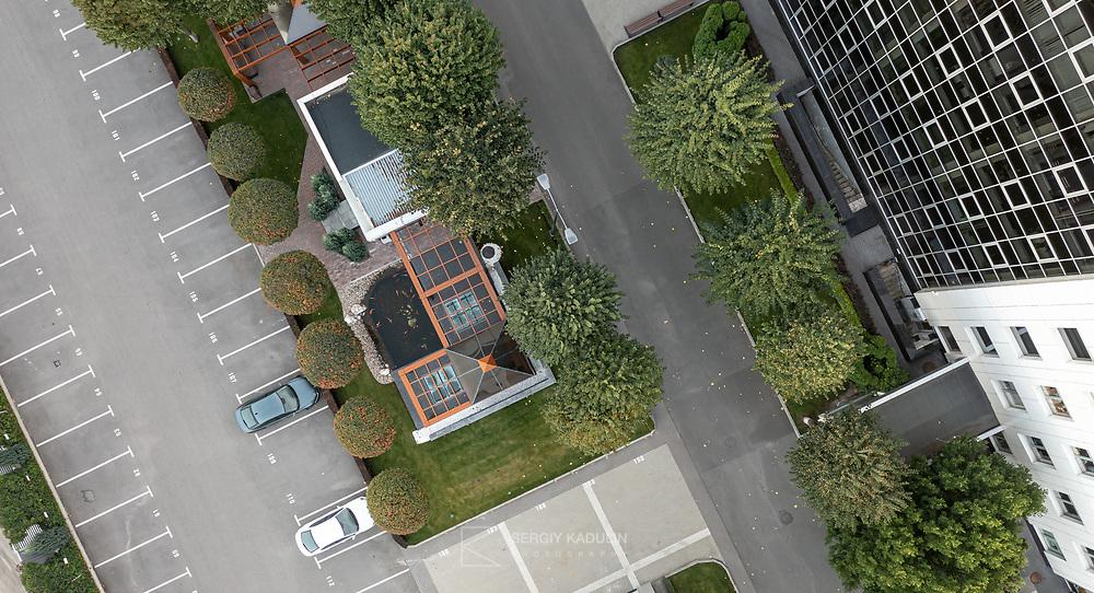"""Фотосъемка комплекса зданий и территории офисного центра """"ИРВА"""", Киев, 2021. Вид на внутренний паркинг. Фотосъемка с дрона."""