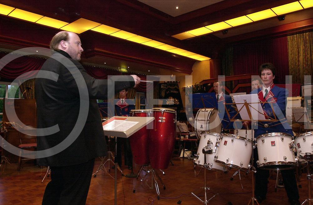 fotografie frank uijlenbroek©2001 michiel van de velde.010518 reutum ned.voorjaarsconcert van de harmonie st jozef hier de drumband aan het spelen met hun dirigent