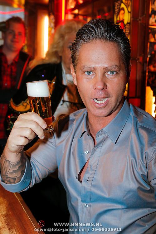 NLD/Amsterdam/20130311 - CD presentatie jubileum cd Danny de Munk, Danny de Munk met een biertje