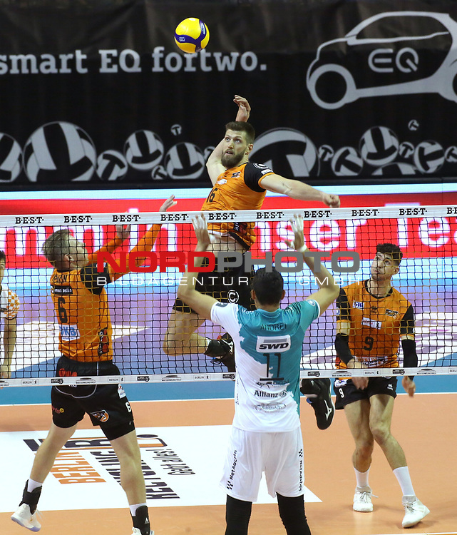 17.10.2020, Max Schmeling Halle, Berlin, GER, 1.VBL, BR VOLLEYS VS. SWD powervolleys Dueren, <br /> im Bild Eder Carbonera (BR Volleys #16), Sergey Grankin (BR Volleys #6), Timothee Carle (BR Volleys #9)<br /> Michael Andrej (Dueren #11)<br /> <br />      <br /> Foto © nordphoto / Engler