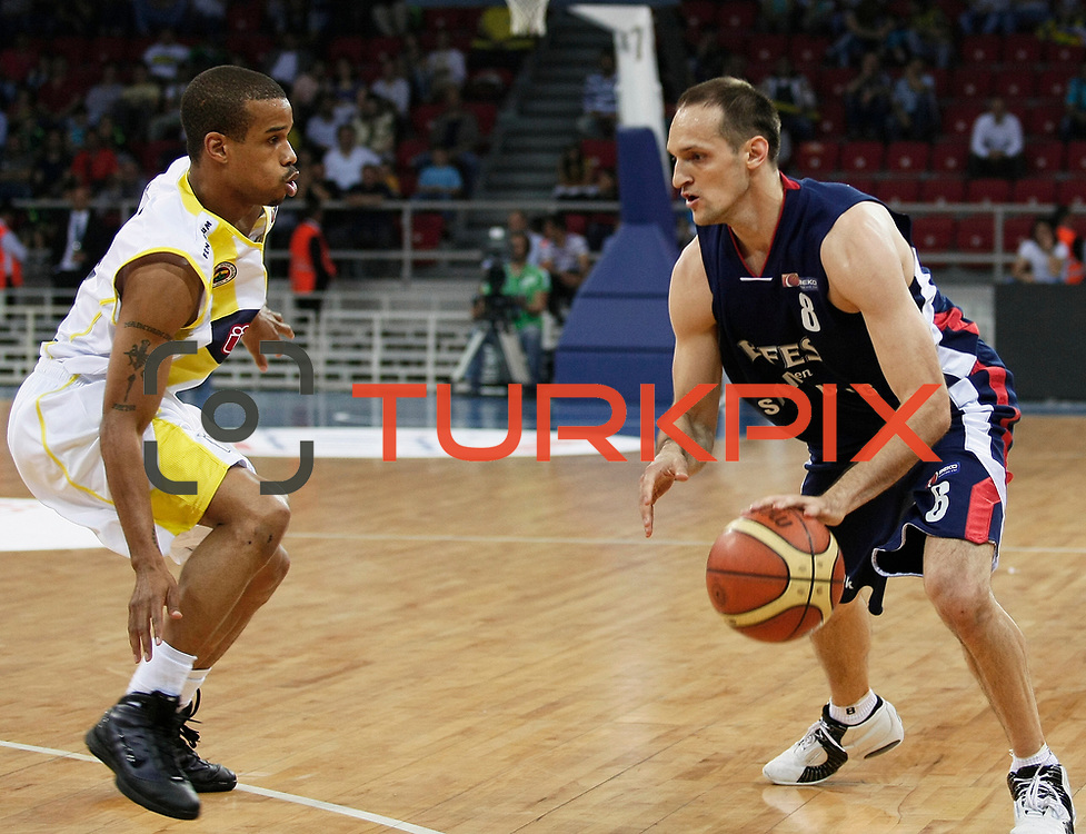 Fenerbahce Ulker's Lynn Terence GREER (L) and Efes Pilsen's Igor RAKOCEVIC (R) during their Turkish Basketball league Play Off Final third leg match Fenerbahce Ulker between Efes Pilsen at the Abdi Ipekci Arena in Istanbul Turkey on Tuesday 25 May 2010. Photo by Aykut AKICI/TURKPIX