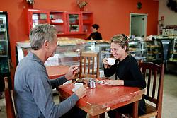 José Fortunati e sua esposa Regina Becker tomam um cafézinho durante pausa na caminhada da zona sul da capital. FOTO: Jefferson Bernardes/Preview.com
