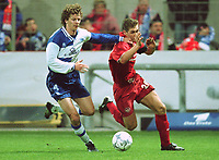 Dan EGGEN, Alaves (tv) og Miroslav KLOSE, Kaiserslautern. UEFA-Cup Halbfinale. 1.FC Kaiserslautern -  CD Alaves  1:4