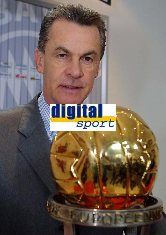Fotball, 29.11.2001 Munchen, Deutschland,<br />Trainer Ottmar Hitzfeld mit Weltpokal am Donnerstag (29.11.2001) bei Pressekonferenz des FC Bayern Munchen.<br />Foto: JAN PITMAN, Digitalsport
