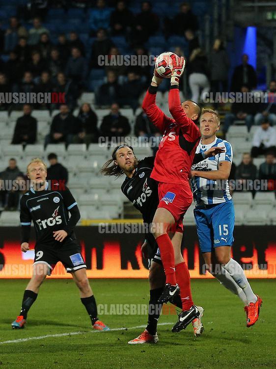 Marin Skender (SønderjyskE) griber bolden foran Bjørn Paulsen SønderjyskE) og Kasper Larsen (OB).