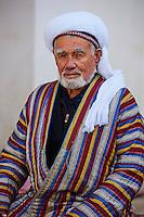 Ouzbekistan, Boukhara, homme Ouzbek en chapane, habit traditionnel // Uzbekistan, Bukhara, Unesco world heritage, Uzbek men in chapan, traditional clothes