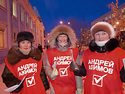 Studenten als junge Wahlhelfer verteilen in der sibirischen Stadt Jakutsk bei -27 Grad Celsius einige Tage vor der Duma Wahl Flyer auf der Strasse.<br /> <br /> Students as campaign volunteers handing out flyers a few days before the Duma elections. Yakutsk is a city in the Russian Far East, located about 4 degrees (450 km) below the Arctic Circle. It is the capital of the Sakha (Yakutia) Republic (formerly the Yakut Autonomous Soviet Socialist Republic), Russia and a major port on the Lena River. Yakutsk is one of the coldest cities on earth, with winter temperatures averaging -40.9 degrees Celsius.