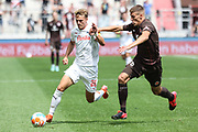 Fussball: 2. Bundesliga, FC St. Pauli - Holstein Kiel, Hamburg, 25.07.2021<br /> Fiete Arp (Kiel, l.) - Jakov Medic (Pauli)<br /> © Torsten Helmke