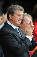 Fotball<br /> England<br /> Foto: Fotosports/Digitalsport<br /> NORWAY ONLY<br /> <br /> Roy Hodgson (Fulham Manager) joins in the applause for Sir Bobby Robson <br /> <br /> 15.08.09 Portsmouth v Fulham Barclays Premier League Fratton Park