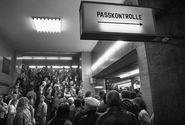 Duitsland, Berlijn, 11-11-1989Val van de Muur. Mensen wachten bij de douane, controlepost, grensovergang, in station Friedrichstrasse om naar west berlijn te gaan. De oost berlijners moeten eerst door de paspoortcontrole. DDR, einde koude oorlog. Inwoners van west berlijn verwelkomen de oost duitsers. West-Berlijn, grens Oost-Duitsland en West-Duitsland.Fall of the wall. DDR, end cold war. Residents of west Berlin welcome the east Germans. West Berlin, border eastern Germany and West Germany, checkpoint, pasportcontrol.Foto: Flip Franssen/Hollandse Hoogte