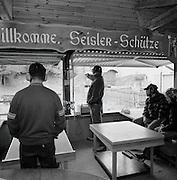 Pistolenschützen am Tag der offenen Tür der Sensler Schützen in Schmitten. Tir au pistolet u stand de tir à Schmitten. © Romano P. Riedo