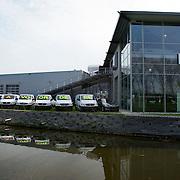 """Nederland Moordrecht 5 april 2009 20090405 Foto: David Rozing ...reusachtige reclame uiting mercedes dealer: lange rij bestelbusjes met daaarop de tekst """" nu extra voordeel """" Ivm de economische crisis is de auto verkoop moeizaam. ..Foto: David"""