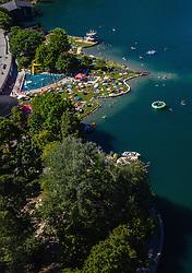 THEMENBILD - Menschen mit Sonnenschirmen am Strandbad am Zeller See, aufgenommen am 30. Juni 2019 in Zell am See, Österreich // People with sun umbrellas at the beach bath at the lake of Zell, Zell am See, Austria on 2019/06/30. EXPA Pictures © 2019, PhotoCredit: EXPA/ JFK