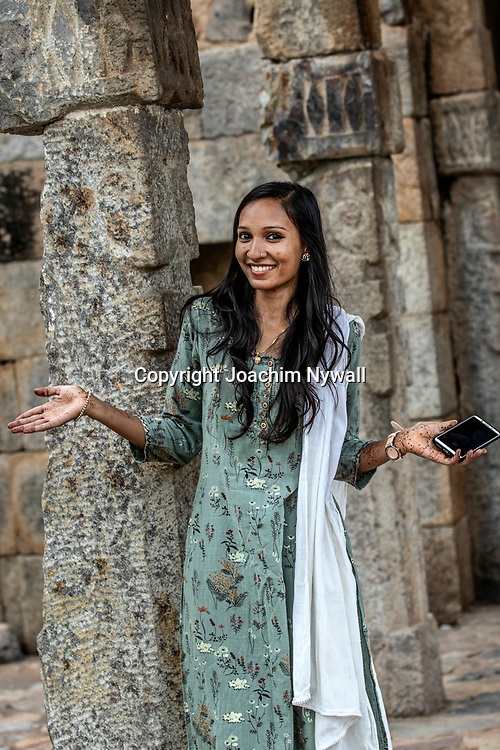 2019 09 26 Delhi India<br /> Qutab Minar är en minaret i den indiska huvudstaden Delhi,<br /> Portätt av en kvinna<br /> <br /> ----<br /> FOTO : JOACHIM NYWALL KOD 0708840825_1<br /> COPYRIGHT JOACHIM NYWALL<br /> <br /> ***BETALBILD***<br /> Redovisas till <br /> NYWALL MEDIA AB<br /> Strandgatan 30<br /> 461 31 Trollhättan<br /> Prislista enl BLF , om inget annat avtalas.