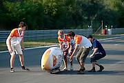 De Velox3 wordt gestart. In Lausitz rijdt Wil Baselmans van het Human Power Team Delft en Amsterdam de eerste poging om het uurrecord te breken. Wegens warmte heeft hij zijn poging na een half uur moeten afbreken. In september wil het team, dat bestaat uit studenten van de TU Delft en de VU Amsterdam, een poging doen het wereldrecord snelfietsen te verbreken, dat nu op 133 km/h staat tijdens de World Human Powered Speed Challenge.<br /> <br /> At the Dekra test track in Lausitz Wil Baselmans of the Human Power Team Delft and Amsterdam is riding his first attempt to set a new hour record with the VeloX3. After half an hour Baselmans has to stop due to the heat. With the special recumbent bike the team, consisting of students of the TU Delft and the VU Amsterdam, also wants to set a new world record cycling in September at the World Human Powered Speed Challenge. The current speed record is 133 km/h.
