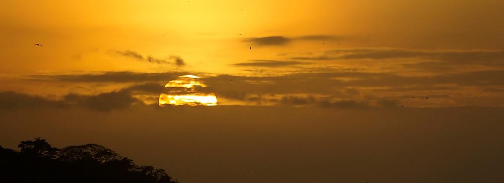 La isla de Ícaro / atardecer en Saboga, Archipiélago de Las Perlas / Panamá.<br /> <br /> Panorámica de 2 fotografías / Panoramic image of 2 photographs<br /> <br /> Edición de 5 | Víctor Santamaría.