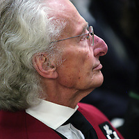 Nederland,Amsterdam ,8 januari 2006..De Universiteit van Amsterdam (UvA) viert 8 januari  2007 haar 375ste Dies Natalis (geboortedag)..Ter gelegenheid hiervan worden eredoctoraten verleend aan Harry Mulisch, Herman Tjeenk Willink en Gro Harlem Brundtland..Op de foto wordt auteur Harry Mulisch de doctoraat honoris causa uitgereikt.  Harry Mulisch overleed 30 oktober 2010.g