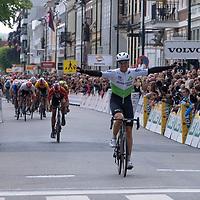 Edvald Boasson Hagen passerer mållinjen i Kristiansand under Tour of Norway sykkelritt etappe 2: Lyngdal - Kristiansand.