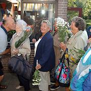 Geert Oldenzeel badmeester zwembad de Sijsjesberg Huizen ontvangt bloemen ivm zijn verjaardag