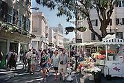 Spanje, Gibraltar, 8-6-2006Toeristen winkelen op Main street. De rots is een historisch en strategisch punt. veel mensen maken een dagtrip naar dit schiereiland. Geschiedenis, koude oorlog. Britse kroonkolonie. Spanje wil de rots terug.Foto: Flip Franssen