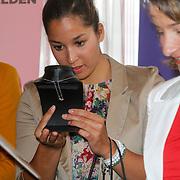 NLD/Ridderkerk/20120911 - Presentatie magazine Helden, Ranomi Kromowidjojo bekijkt  de briljanten hanger