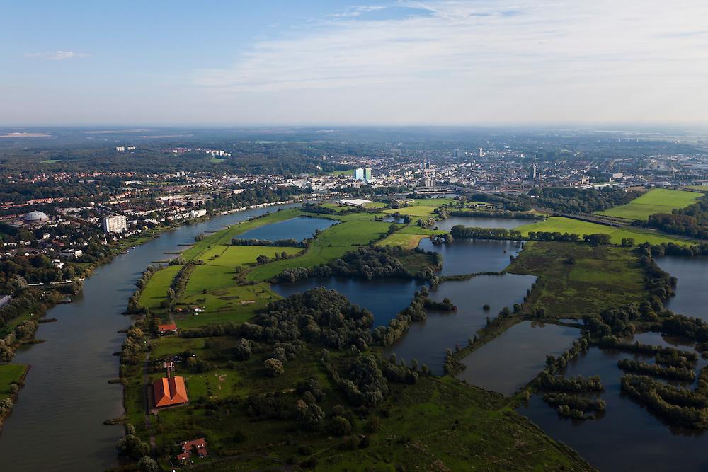 Nederland, Gelderland, Gemeente Arnhem, 03-10-2010; zicht op Meinerswijk, naar het westen, links de bebouwing van Arnhem. Met rood pannendake oude steenfabriek. In het kader van het programma Ruimte voor de Rivier zullen delen van de uiterwaard afgraven worden. Ook zal het gebied opnieuw ingericht worden..View of floodplains and polder Meinerswijk, Arnhem to the left. In the foreground control works (operating with slides_, part of the former IJssel defense line. The area will partly excavated to create 'space for the river'.  .luchtfoto (toeslag), aerial photo (additional fee required).foto/photo Siebe Swart