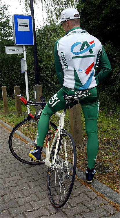 Luxembourg, 11.7.2002: Tour de France. Stuart O`Grady tar en velfortjent tisse pause på en bussholdeplass.....Foto: Daniel Sannum Lauten/Dagbladet....Bilder til Dagbladets PS *** Local Caption *** O`Grady,Stuart