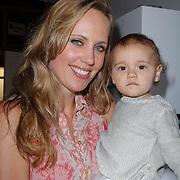 NLD/Amsterdam/20120718 - Boekpresentatie Regina Romeijn 'Vet man, zo'n baby!', Regina Romeijn met dochter Bardot