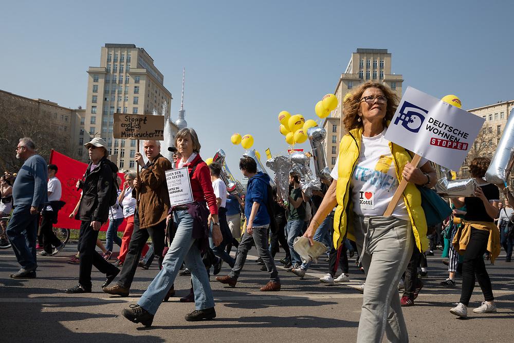"""Mehrere zehntausend Menschen protestieren in Berlin unter dem Motto """"Mietenwahnsinn stoppen"""". Die Demonstranten protestieren gegen steigende Mieten und Verdrängung. Im Rahmen der Demonstration beginnt auch die Unterschriftensammlung für das Volksbegehren """"Deutsche Wohnen & Co enteignen, das eine Enteignung von Immobilienfirmen die mehr als 3000 Wohnung in der Stadt besitzen fordert.<br /> <br /> [© Christian Mang - Veroeffentlichung nur gg. Honorar (zzgl. MwSt.), Urhebervermerk und Beleg. Nur für redaktionelle Nutzung - Publication only with licence fee payment, copyright notice and voucher copy. For editorial use only - No model release. No property release. Kontakt: mail@christianmang.com.]"""