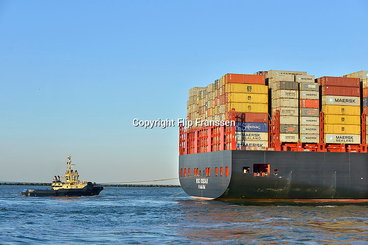 Nederland, Rotterdam, 3-3-2016 Grootste containerschip ter wereld, de MV Oscar van MSC in de haven van Rotterdam. Lengte van 396 meter, breedte van 59 meter, diepgang van 16 meter en een capaciteit van 19.224 zeecontainers. The largest, biggest, containervessel, containership, the MSC Oscar, in the port of Rotterdam, the Netherlands. Foto: Flip Franssen