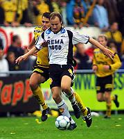 Football, Tippeligaen 13. oktober 2001. Lillestrøm-Rosenborg  1-2. Sigurd Rushfeldt, Rosenborg, og Clayton Zane, Lillestrøm.