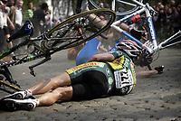 Sykkel , 10. april 2007 , GHENT - WEVELGEM 2007 , Wevelgem -  Belgie - wielrennen - cycling - radsport - Gent - Wevelgem - Protour - Protour - James van Landschoot  massevelt , skader , skade , velt<br /> Norway only