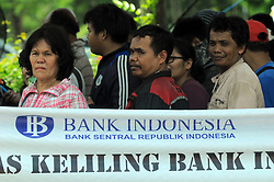 June 7, 2017 - Jakarta, Jakarta, Indonesia - Residents lined up for a small currency exchange on a mobile bank cash car, Jakarta, in June, 7,2017. Bank Indonesian with 13 commercial banks opened small nominal money exchange outlets with a maximum exchange of 3.7 million Rupias person  serve the community's need for fractional money during Ramadan and Eid Al-Fitr. (Credit Image: © Dasril Roszandi/NurPhoto via ZUMA Press)