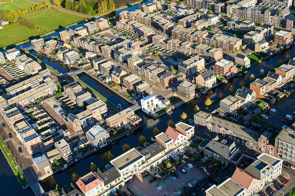 Nederland, Utrecht, Amersfoort, 24-10-2013; de wijk Vathorst, deelplan De Laak.Het stedenbouwkundig plan (van de stedebouwkundigen West8 met Adriaan Geuze ). Grachtenstad met imitatie grachtenpanden.  De nieuwe wijk grenst aan de polders tussen Bunschoten-Spakenburg en Nijkerk ( aan de horizon).<br /> New housing district Vathorst in Amersfoort, the urban plan of this Canal City, is based on canals with canal house-style houses. Developed by the urban development agency West8, Adriaan Geuze.<br /> luchtfoto (toeslag op standaard tarieven);<br /> aerial photo (additional fee required);<br /> copyright foto/photo Siebe Swa