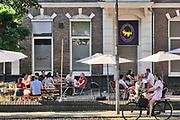 Nederland, Nijmegen, 6-8-2020  Leden en het bestuur van de Nijmeegse studentenvereniging Ovum Novum wachten op het buitenterras van hun verenigingsgebouw af wat de persconferentie om 19.00 uur van premier Rutte gaat brengen mbt de introductieweken en ontgroening voor het nieuwe studiejaar en de aankomende eerstejaars studenten . Foto: ANP/ Hollandse Hoogte/ Flip Franssen