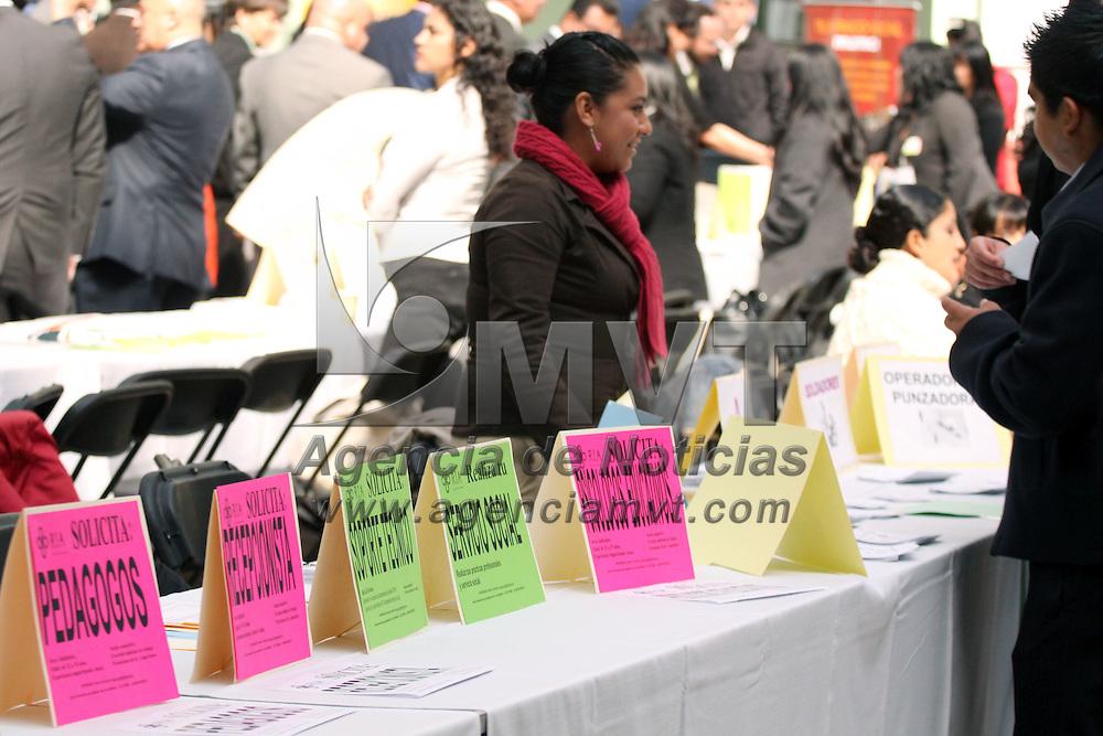 TOLUCA, México.- Se instala en la Universidad Autónoma del Estado de México, la Feria del Empleo y Prácticas Profesionales 2010, que en esta ocasión cuenta con la participación de 58 empresas del Valle de Toluca que ofertan poco más de mil 200 plazas laborales. Agencia MVT / José Hernández. (DIGITAL)