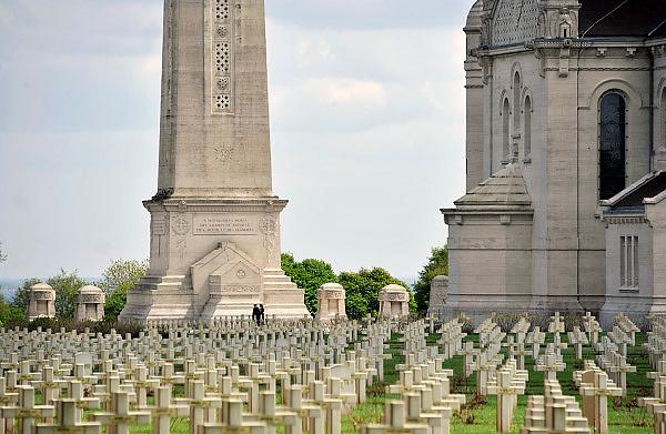 Frankrijk, Lorette, 12-5-2013De Nécropole nationale de Notre-Dame de Lorette is een Franse militaire begraafplaats met gesneuvelden uit de Eerste Wereldoorlog, gelegen in de Franse gemeente Ablain-Saint-Nazaire. De begraafplaats ligt een kilometer ten noorden van het dorp op de heuvel van Notre-Dame de Lorette die over de omliggende vlakte uitkijkt. Op de begraafplaats rusten meer dan 40.000 gesneuvelde Franse soldaten. De slagvelden aan de Somme in noord frankrijk, (de Artois en Picardie). Foto: Flip Franssen/Hollandse Hoogte