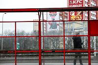 """Bialystok, 06.02.2020. Kolejny billboard upamietniajacy mjr. Zygmunta Szendzielarza """"Lupaszke"""" w 69. rocznica wykonania wyroku smierci na nim. Tym razem zamontowany zostal na wiezowcu przy ulicy Branickiego. Postac dowodcy 5. Wilenskiej Brygady AK wzbudza wiele kontrowersji, jest m.in oskarzany o pacyfikacje litewskiej wsi Dubinki w 1944 roku, gdzie zgineli cywile, w tym kobiety i dzieci. Billboard to wspolna akcja bialostockiego IPN oraz Urzedu Marszalkowskiego Wojewodztwa Podlaskiego fot Michal Kosc / AGENCJA WSCHOD"""