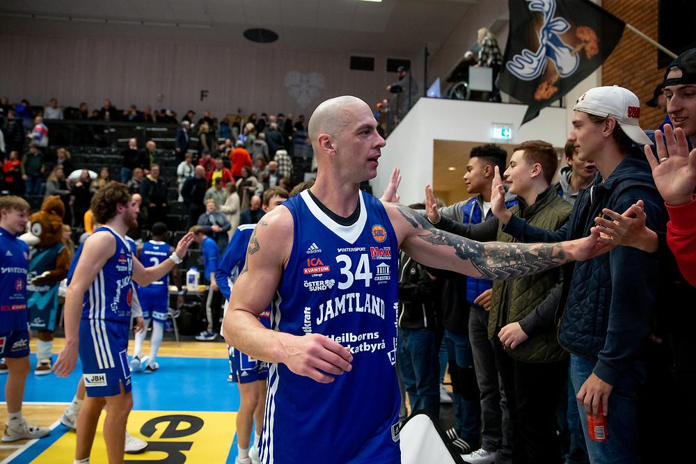 ÖSTERSUND 20211007<br /> Jämtlands RT Guinn tackar fansen efter torsdagens match i basketligan mellan Jämtland Basket och Norrköping Dolphins.<br /> Foto: Per Danielsson / Projekt.P