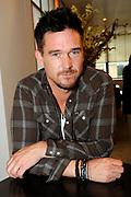 Perspresentatie van de cast van de film 'Smoorverliefd' in het Bel Air Hotel, Den Haag.<br /> <br /> Op de foto:  Johnny de Mol