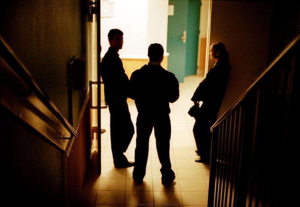 Fin de la journée. Centre d'insertion de Velet, Bourgogne, novembre 2005.<br /> <br /> Volunteers hanging out in the hallway before bed time. Velet Insertion Center, Bourgogne, November of 2005.