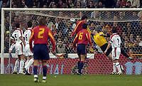 Fotball<br /> Privatlandskamp<br /> Spania v England<br /> 17. november 2004<br /> Foto: Digitalsport<br /> NORWAY ONLY<br /> Spain's Del Horno's header beats the grasp of England goalkeeper Paul Robinson for the opening goal of the game.