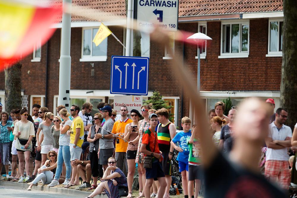 Het publiek wacht op de Cartesiusweg op het peloton. In Utrecht is de tweede etappe vanTour de France van start gegaan.<br /> <br /> In Utrecht the second stage of the Tour de France has started