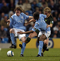 Fotball<br /> Premier League 2004/05<br /> Manchester City v Norwich<br /> 1. november 2004<br /> Foto: Digitalsport<br /> NORWAY ONLY<br /> Manchester City's Steve McManaman (L) exhibits close control as he helps out Sylvain Distin with keeping Norwich's Matt Svensson at bay