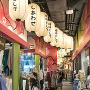 NLD/Bangkok/20180713 - Vakantie Thailand 2018, winkelcentrum met elke laag ingericht als een land, japanse tekens op lampioenen
