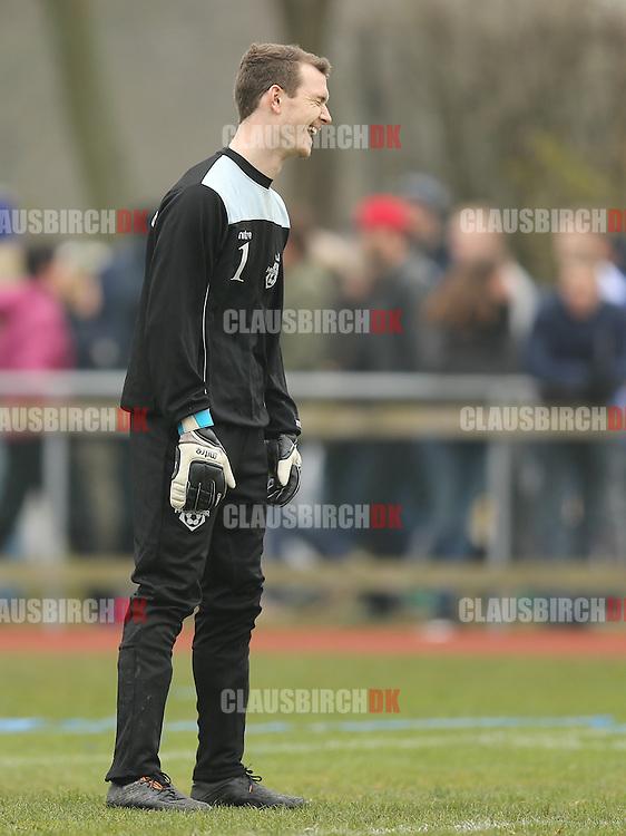 Reservemålmand Daniel Ruberg (FC Helsingør) morer sig i pausen.